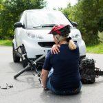 frau mit verletzter schulter nach verkehrsunfall